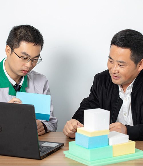 Our-expert-is-discussing-XPS-foam-board-customization-with-our-client