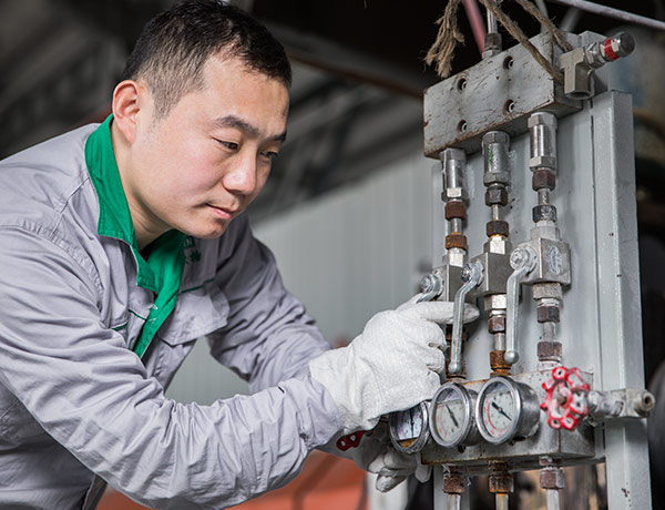 Our-worker-is-checking-the-CO2-injection-system