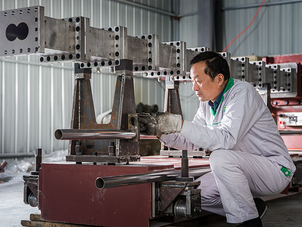 Our-expert-is-commissioning-XPS-board-production-machines