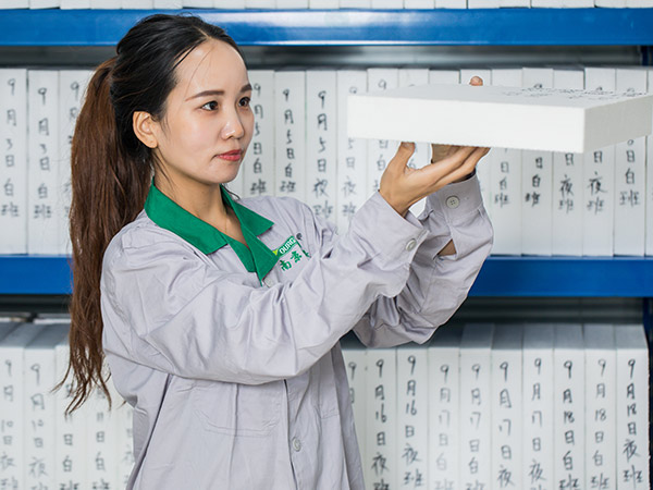 Our-QC-staff-is-checking-the-packaging-of-bulk-XPS-foam-board